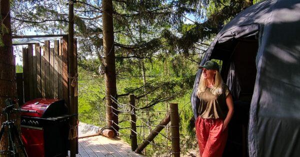 Poilsis gamtoje. Palapinė medyje