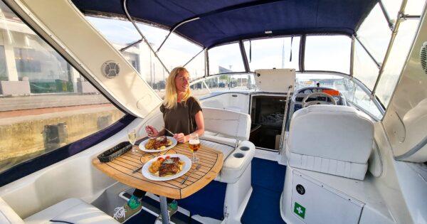 Vakarienė jachtoje
