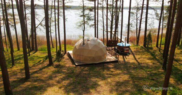 Nakvynė kupole. Ant ežero kranto
